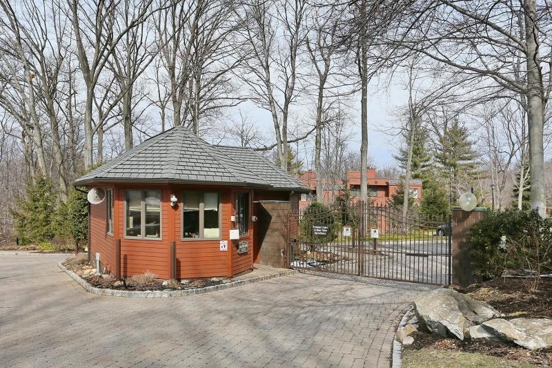 Maison unifamiliale pour l Vente à 17 Hidden Ledge Road Englewood, New Jersey 07631 États-Unis