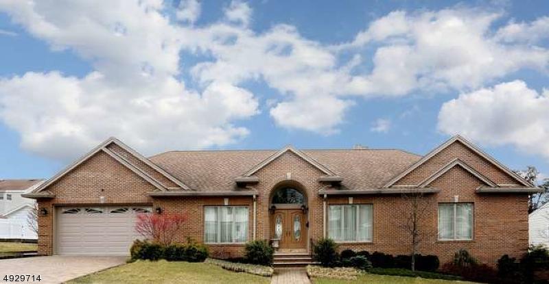 Single Family Homes для того Продажа на Hasbrouck Heights, Нью-Джерси 07604 Соединенные Штаты