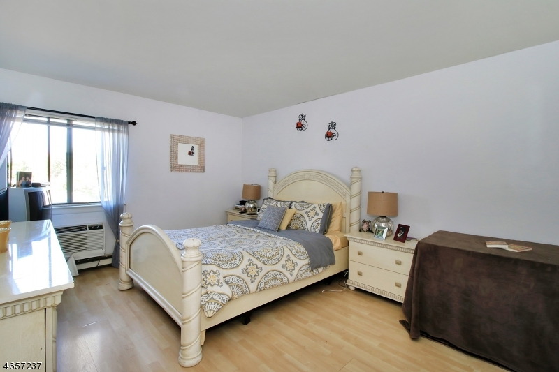 Additional photo for property listing at 2 Honiss Street  Belleville, Nueva Jersey 07109 Estados Unidos