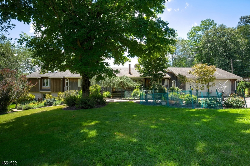 Maison unifamiliale pour l Vente à 225 Millbrook Road Washington, New Jersey 07882 États-Unis