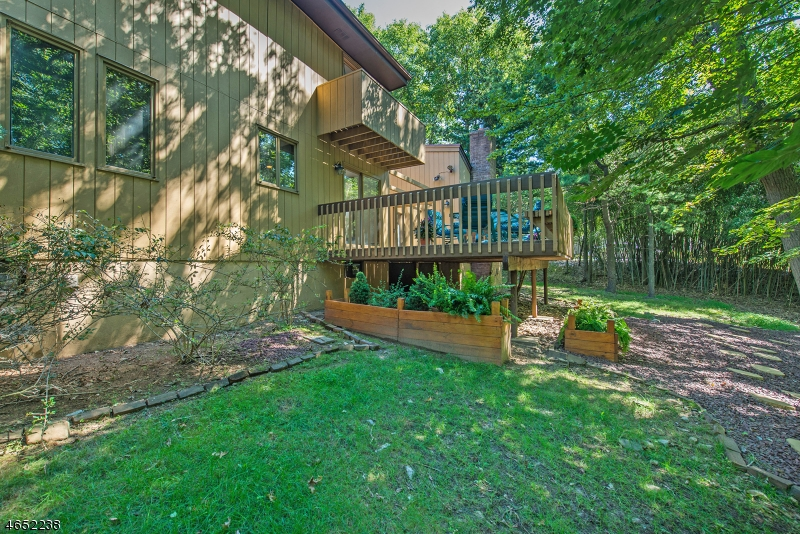 Additional photo for property listing at 18 Woodstone Drive  Cedar Grove, Нью-Джерси 07009 Соединенные Штаты