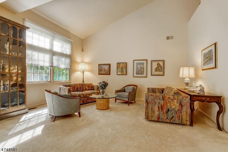 Maison unifamiliale pour l Vente à 44 KENT Drive Roseland, New Jersey 07068 États-Unis