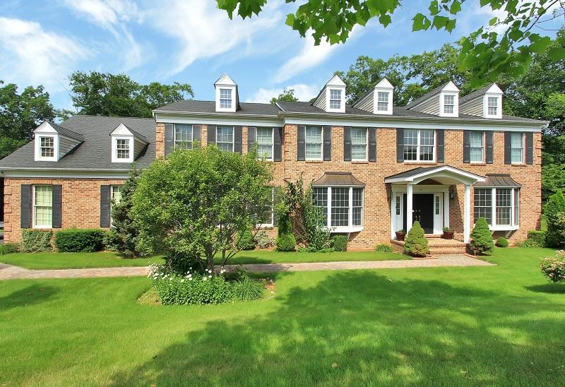 Частный односемейный дом для того Продажа на 15 Mulholland Drive Woodcliff Lake, Нью-Джерси 07677 Соединенные Штаты