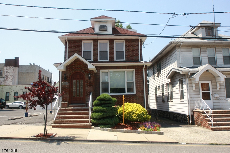 Maison unifamiliale pour l Vente à 1111 84th Street North Bergen, New Jersey 07047 États-Unis