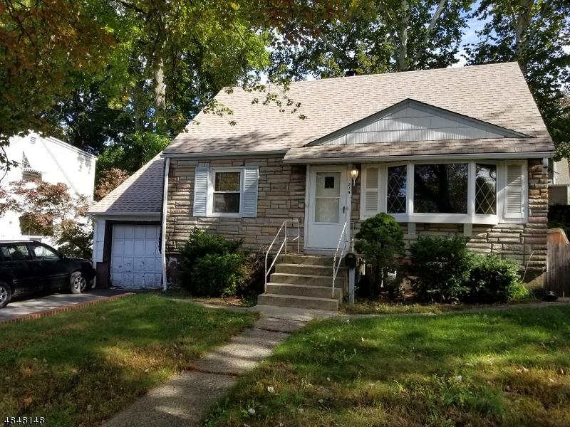 Maison unifamiliale pour l Vente à 215 SANZARI Place Maywood, New Jersey 07607 États-Unis