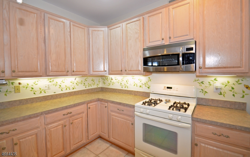Additional photo for property listing at 24 Westgate Drive  Clinton, Nueva Jersey 08801 Estados Unidos