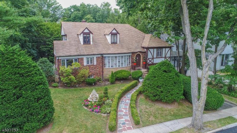 Maison unifamiliale pour l Vente à 3 Laurel Avenue Clifton, New Jersey 07012 États-Unis