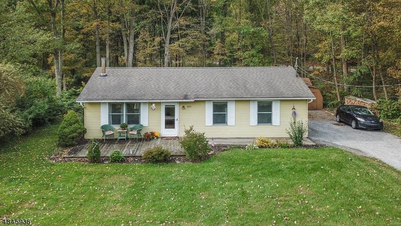 Maison unifamiliale pour l Vente à 137 ELM Avenue Andover, New Jersey 07860 États-Unis