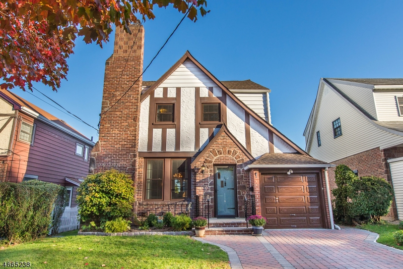 Maison unifamiliale pour l Vente à 23 Sussex Road Clifton, New Jersey 07012 États-Unis