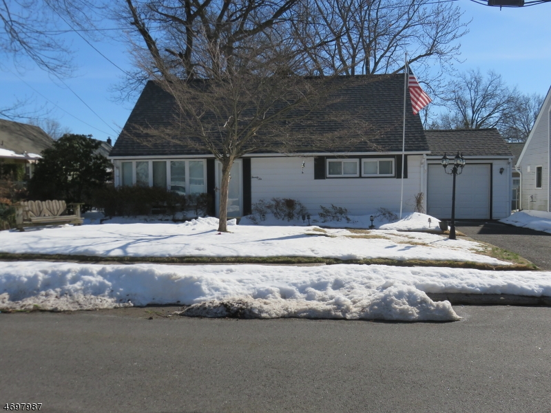 Частный односемейный дом для того Продажа на 26 Parker Avenue Rochelle Park, Нью-Джерси 07662 Соединенные Штаты