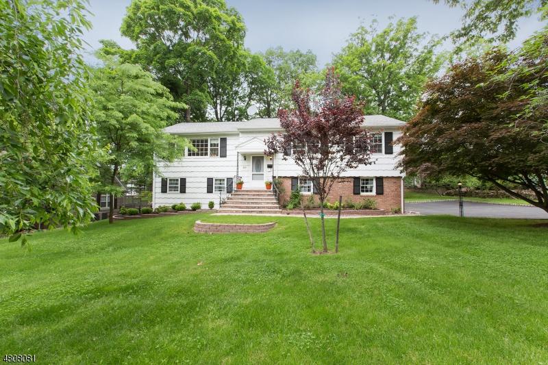 Nhà ở một gia đình vì Bán tại 30 WOODMERE Road Cedar Grove, New Jersey 07009 Hoa Kỳ