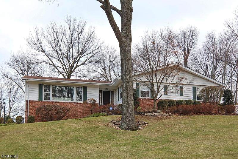 Moradia para Venda às 1375 Chapel Hl Mountainside, Nova Jersey 07092 Estados Unidos