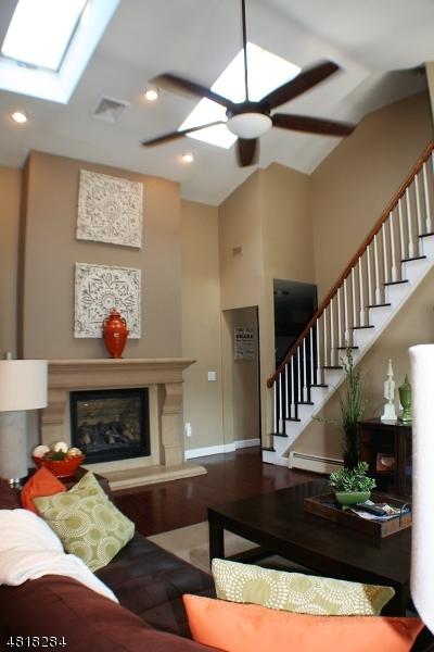 Maison unifamiliale pour l Vente à 21 RUNNING HILLS Drive Fredon, New Jersey 07860 États-Unis