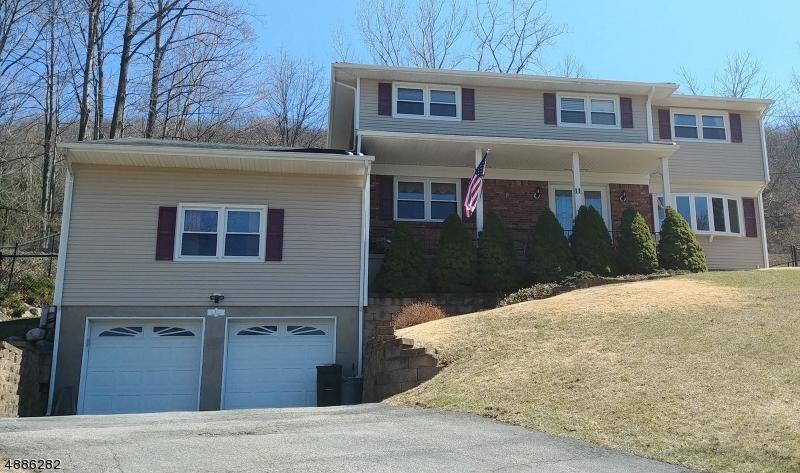 Частный односемейный дом для того Продажа на 11 BEAN Court Wanaque, Нью-Джерси 07465 Соединенные Штаты