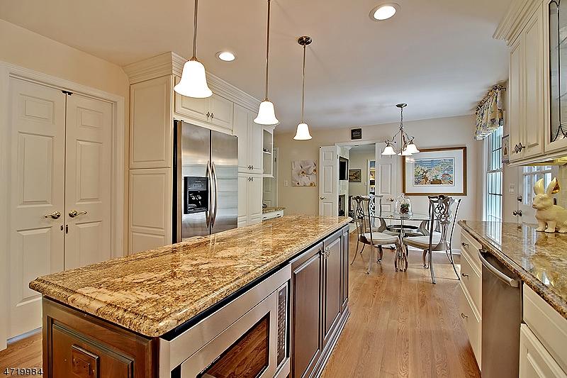 Einfamilienhaus für Verkauf beim 111 Sherwood Lane 111 Sherwood Lane Long Hill Township, New Jersey 07980 Vereinigte Staaten