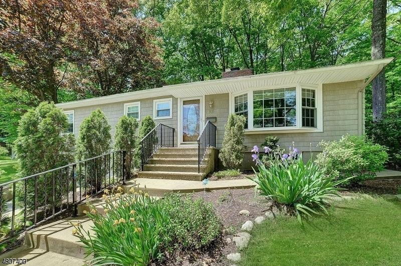 Maison unifamiliale pour l Vente à 916 N Monroe St, midlnd pk Midland Park, New Jersey 07432 États-Unis