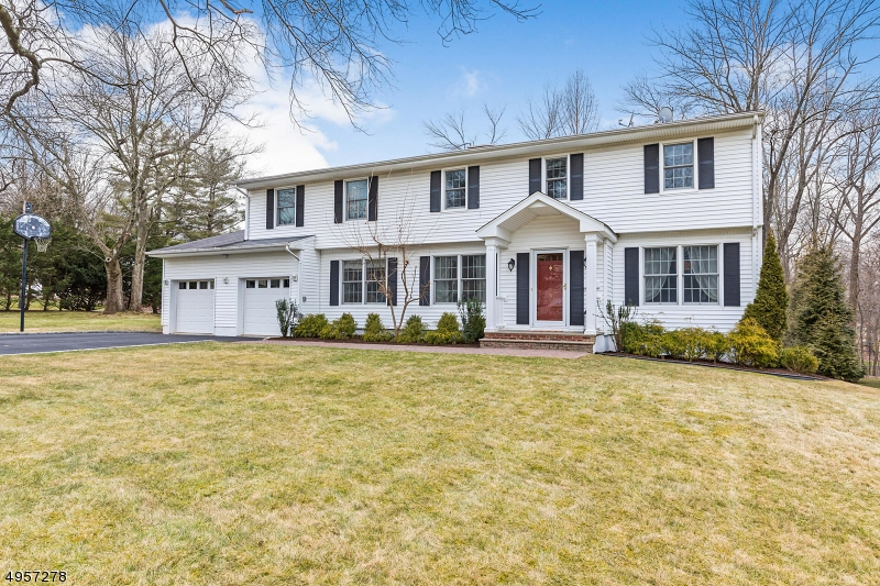 Single Family Homes للـ Sale في 5 CREST Road New Providence, New Jersey 07974 United States