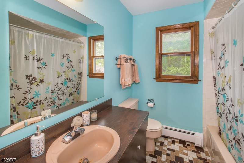 Additional photo for property listing at 9 Raven Court  West Milford, Нью-Джерси 07480 Соединенные Штаты