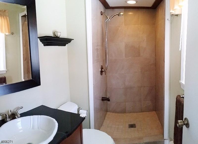 Additional photo for property listing at 90 Charles Street  Bloomingdale, Нью-Джерси 07403 Соединенные Штаты