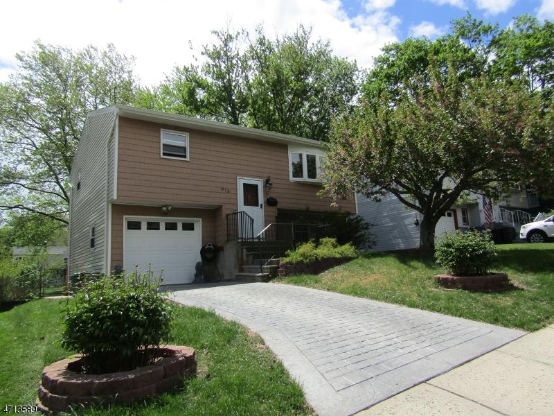 واحد منزل الأسرة للـ Sale في 979 S Concourse Aberdeen, New Jersey 07735 United States