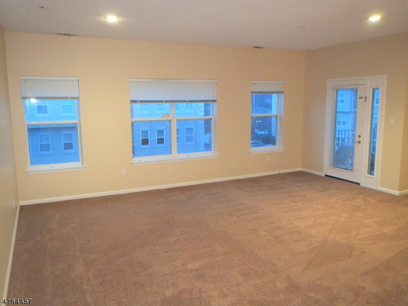 Частный односемейный дом для того Аренда на 419 BRITTANY Drive Wayne, Нью-Джерси 07470 Соединенные Штаты