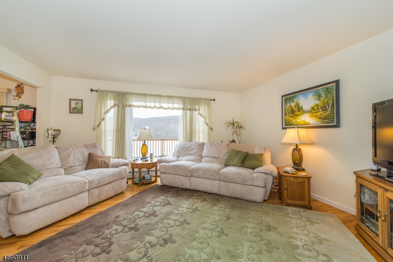 Additional photo for property listing at 221 Point Breeze Drive  West Milford, New Jersey 07421 États-Unis