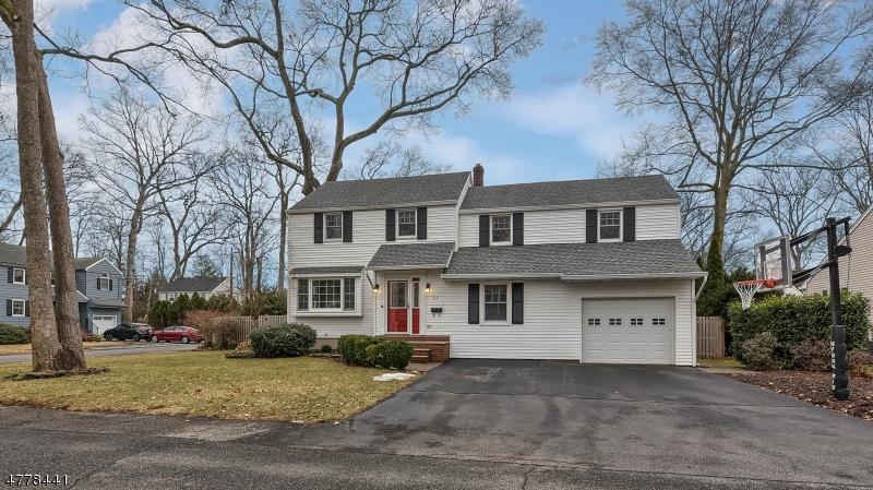 Частный односемейный дом для того Продажа на 23 Woodland Court Pequannock, Нью-Джерси 07444 Соединенные Штаты