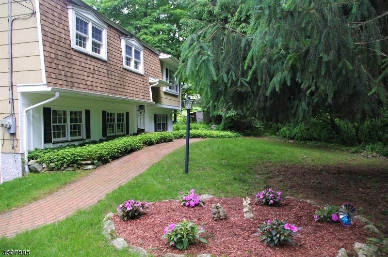 Maison unifamiliale pour l Vente à 68 Lackawanna Drive Byram Township, New Jersey 07874 États-Unis