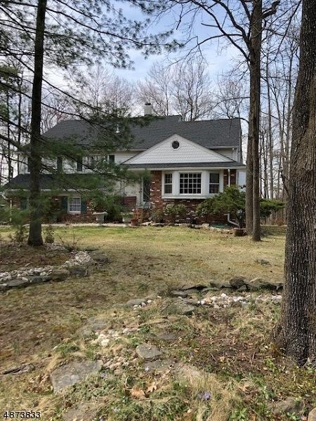 Maison unifamiliale pour l Vente à 23 PITCAIRN Drive Roseland, New Jersey 07068 États-Unis