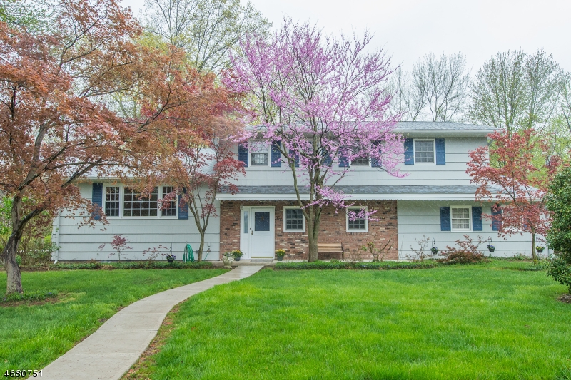 独户住宅 为 销售 在 2 Memorial Road West Caldwell, 07006 美国