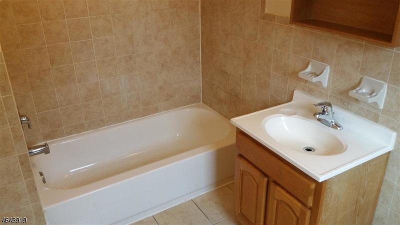 Additional photo for property listing at 373 S 7th Street  Newark, Нью-Джерси 07103 Соединенные Штаты