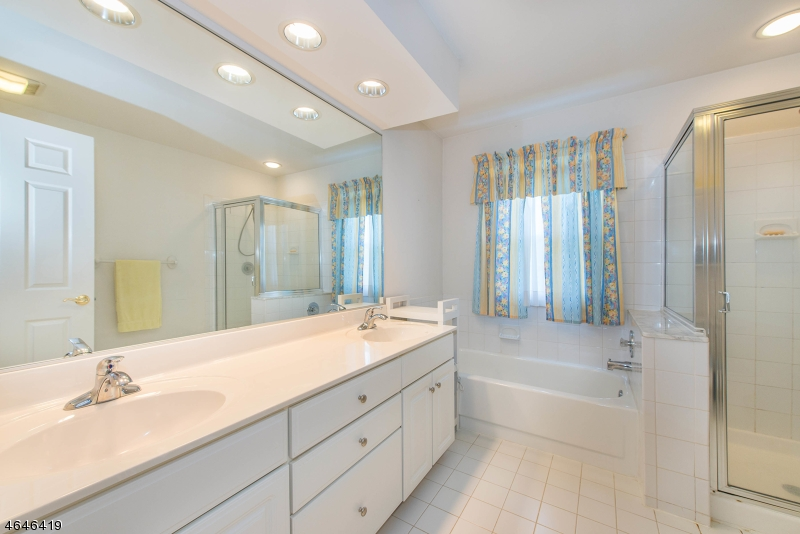 Additional photo for property listing at 55 Woodledge Court  Rockaway, New Jersey 07866 États-Unis