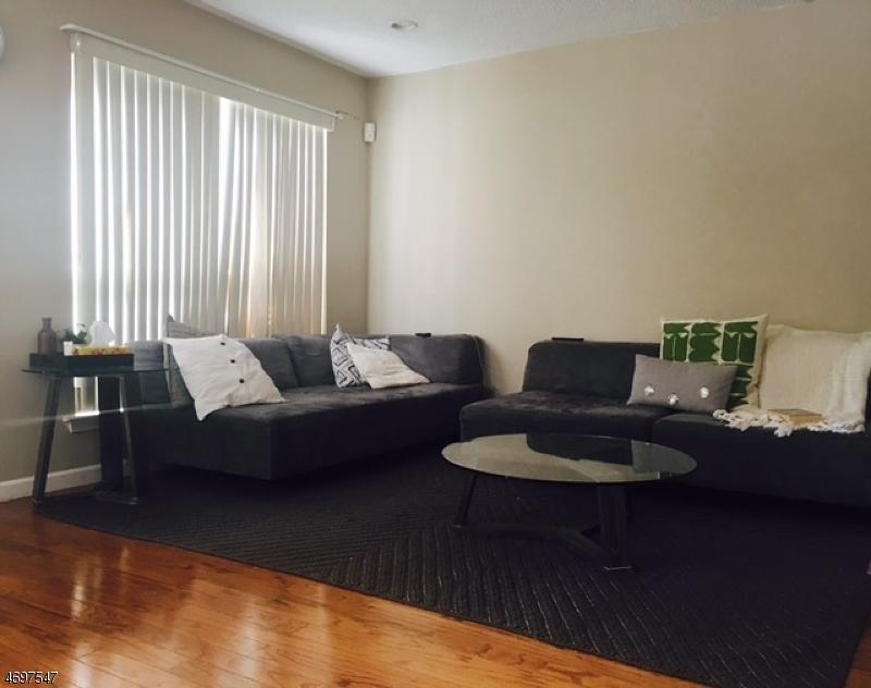 Casa Unifamiliar por un Alquiler en 18 Brighton Way North Brunswick, Nueva Jersey 08902 Estados Unidos