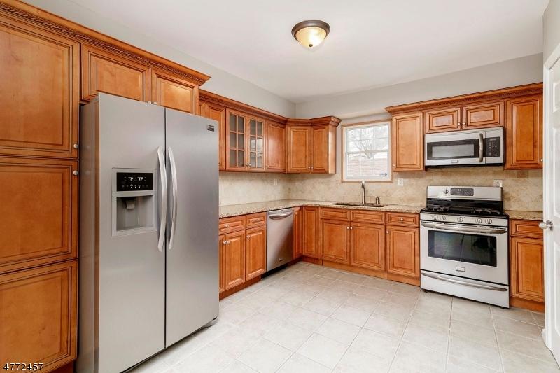 واحد منزل الأسرة للـ Sale في 51 Maplewood Avenue 51 Maplewood Avenue Clifton, New Jersey 07013 United States