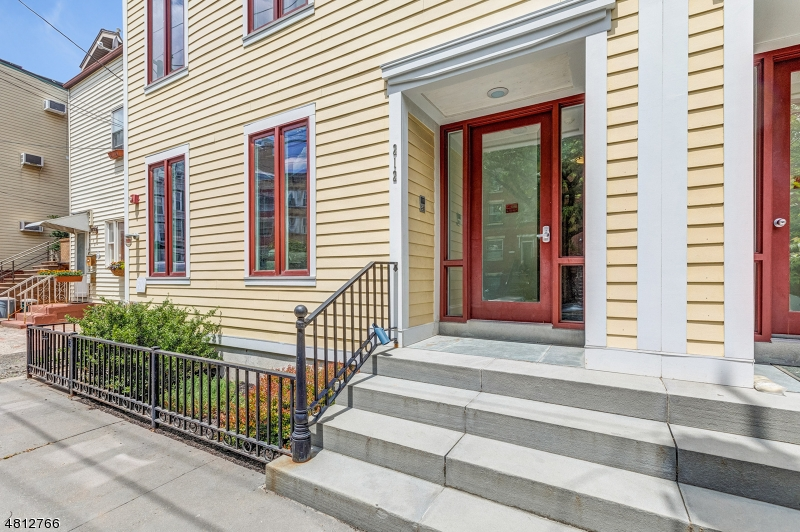 公寓 / 联排别墅 为 销售 在 212 4TH Street 泽西城, 新泽西州 07302 美国