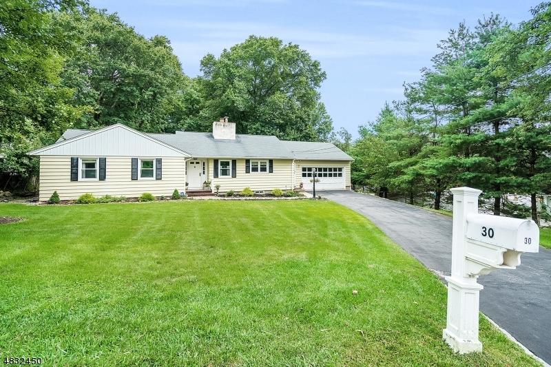 Maison unifamiliale pour l Vente à 30 VIEWMONT TER Little Falls, New Jersey 07424 États-Unis
