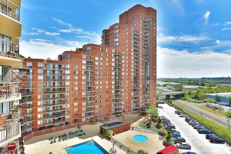 Частный односемейный дом для того Продажа на 2404 Harmon Cove Tower Secaucus, Нью-Джерси 07094 Соединенные Штаты