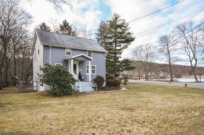 Single Family Home for Sale at 25 Lakeside Avenue 25 Lakeside Avenue Bloomingdale, New Jersey 07403 United States
