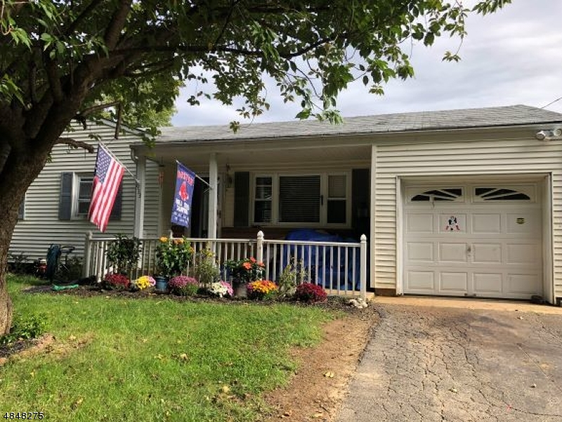 Maison unifamiliale pour l Vente à 933 GRAND Avenue Hackettstown, New Jersey 07840 États-Unis