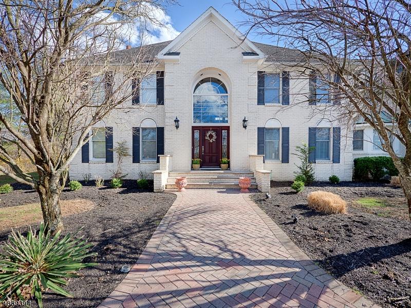 Maison unifamiliale pour l Vente à 1 PINE Place Clinton, New Jersey 08801 États-Unis