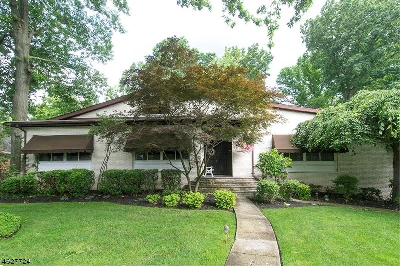 Частный односемейный дом для того Продажа на 632 E LINCOLN PARK Cranford, Нью-Джерси 07016 Соединенные Штаты
