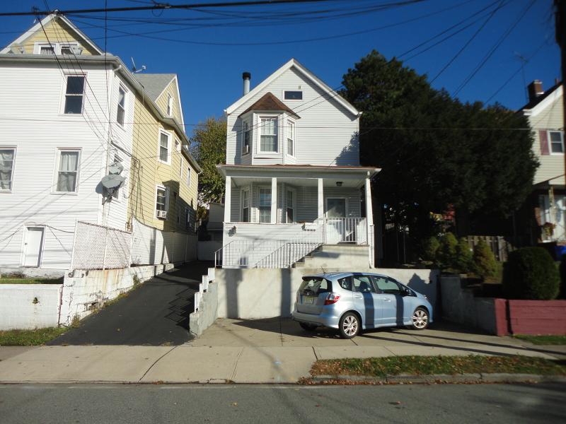 Частный односемейный дом для того Аренда на Address Not Available Garfield, Нью-Джерси 07026 Соединенные Штаты