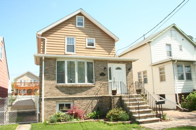 Частный односемейный дом для того Аренда на 822 9th Street Secaucus, Нью-Джерси 07094 Соединенные Штаты