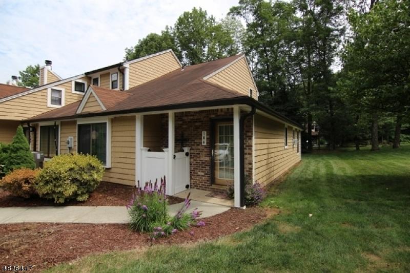Property pour l Vente à 106 JOSEPH Lane Mine Hill, New Jersey 07803 États-Unis