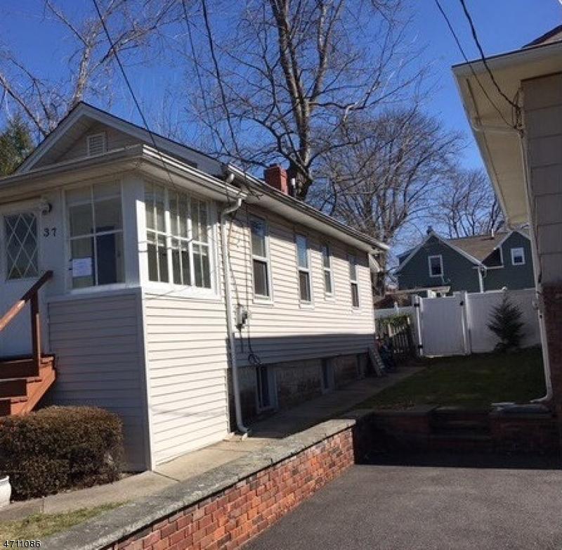 Maison unifamiliale pour l Vente à 37 Oak Place Bergenfield, New Jersey 07621 États-Unis