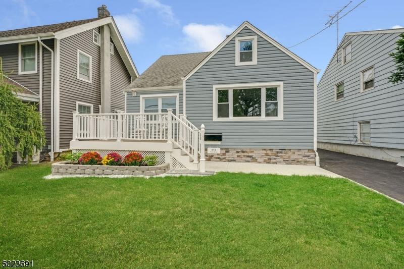 Single Family Homes pour l Vente à Garwood, New Jersey 07027 États-Unis