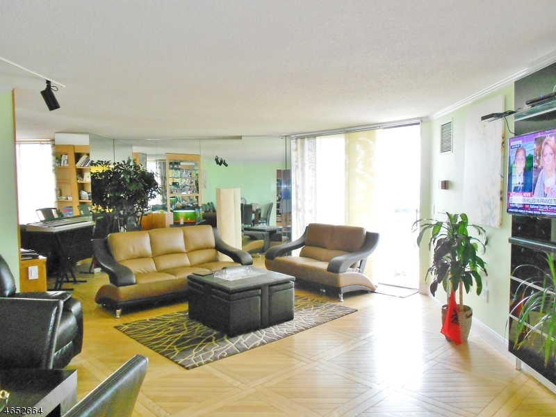 Частный односемейный дом для того Продажа на 2208 HARMON CV TOWERS Secaucus, Нью-Джерси 07094 Соединенные Штаты