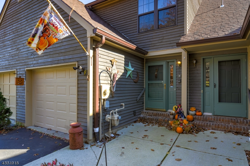 Condominio / Townhouse per Vendita alle ore 57 BUNKER HILL Road West Milford, New Jersey 07480 Stati Uniti