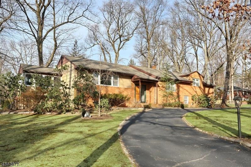Частный односемейный дом для того Продажа на 59 ARCADIA Road Woodcliff Lake, Нью-Джерси 07677 Соединенные Штаты