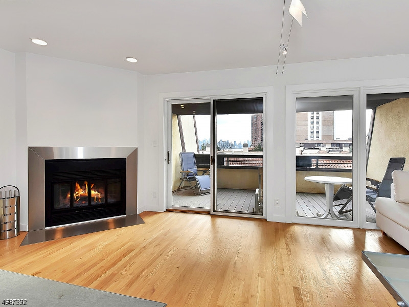 Nhà ở một gia đình vì Bán tại 300 Gorge Road Cliffside Park, New Jersey 07010 Hoa Kỳ